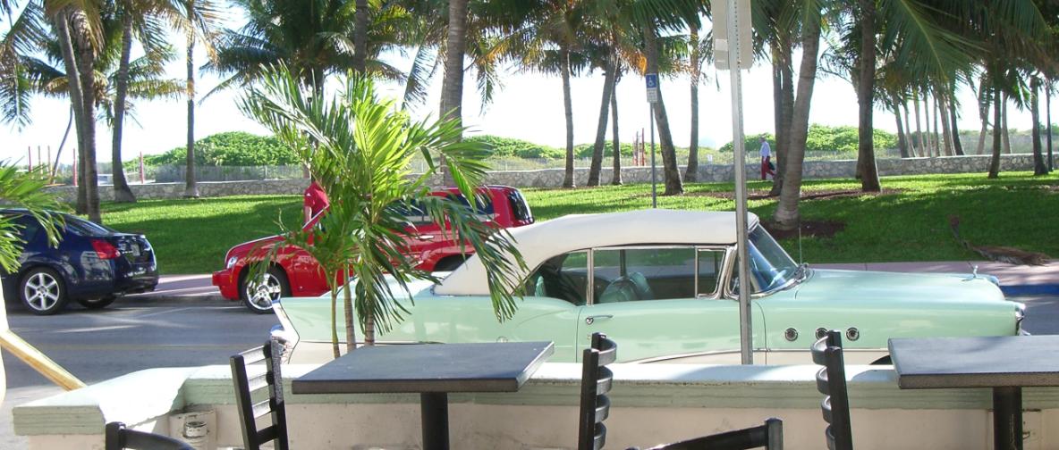 Måske burde du indlogere dig på et af de mange Art Deco-hoteller på Ocean Drive - her udsigten fra Hotel Avalon