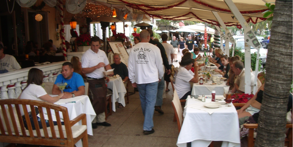 Ocean Drive - fantastisk stemning, folkeliv, restauranter og caféer - i første række til Miami South Beach