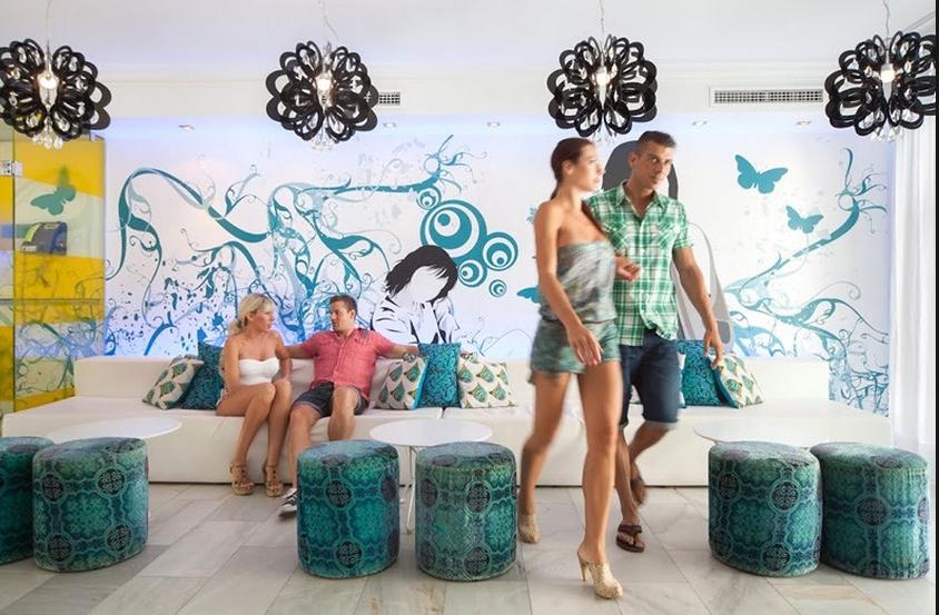 Lejlighedshotellet er udsmykket med Hed Kandi-inspirerede kunstværker overalt