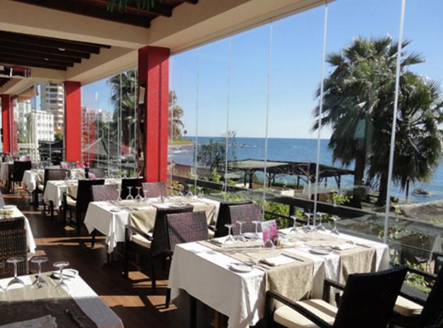 Restauranter og barer ligger som perler på en snor på selve stranden foran hotellet
